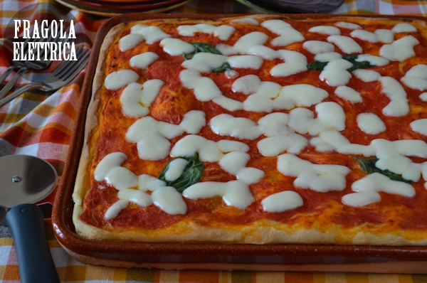 Pizza margherita su terracotta
