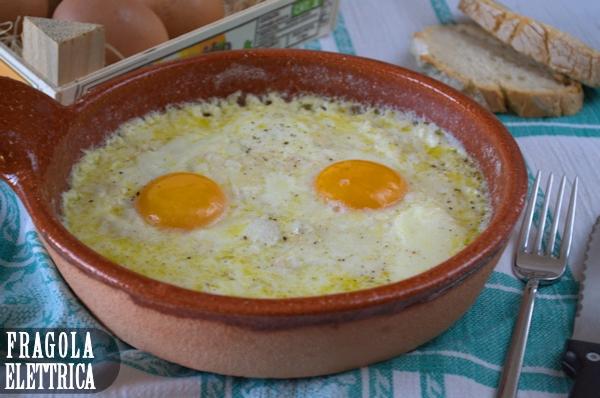 Uova al tegamino di terracotta con la provola