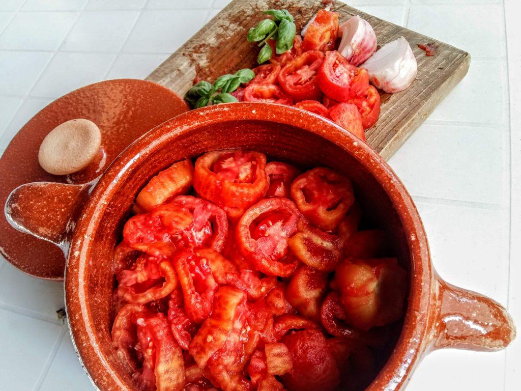 Cuocere la salsa di pomodoro nella terracotta Bionatural